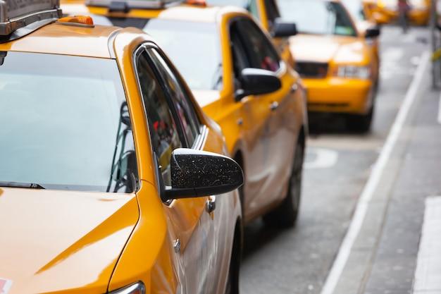 Klassische straßenansicht von gelben fahrerhäusern in new york city Premium Fotos