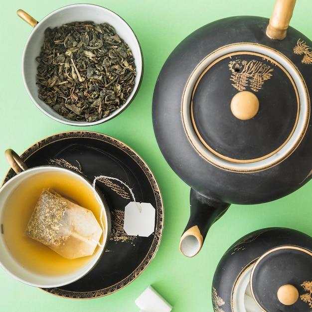 Klassischer asiatischer teesatz mit kräutertee auf grünem hintergrund Kostenlose Fotos
