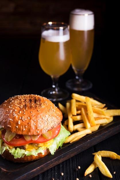 Klassischer burger mit pommes frites und bier Kostenlose Fotos