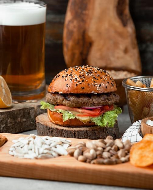 Klassischer burger mit pommes und bier Kostenlose Fotos