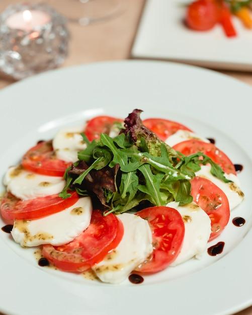 Klassischer caprese-salat mit mozzarella und tomaten Kostenlose Fotos