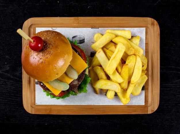 Klassischer cheeseburger mit seitlich gebratener kartoffel Kostenlose Fotos