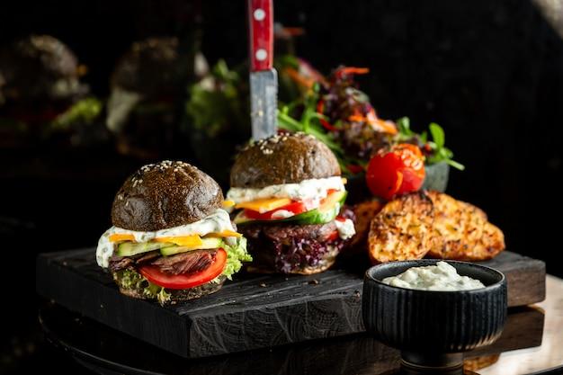 Klassischer fleischschwarzburger mit soße Kostenlose Fotos