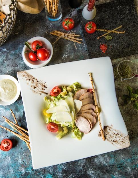 Klassischer griechischer salat mit fischfilet und gemüse Kostenlose Fotos