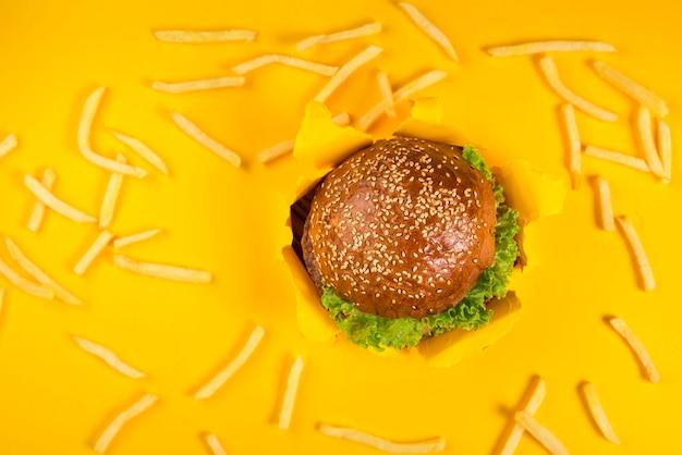 Klassischer rindfleischburger, umgeben von pommes frites Kostenlose Fotos