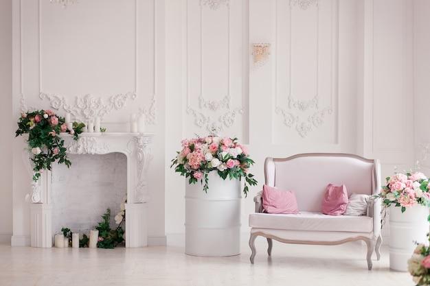 Klassisches artsofa des weißen gewebes im weinleseraum. blumen in gemalten fässern Kostenlose Fotos