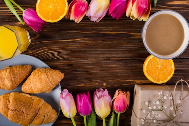 Klassisches frühstück verzierte blumen Kostenlose Fotos