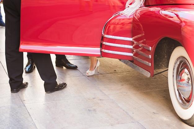 Klassisches retro- rotes hochzeitsauto Premium Fotos