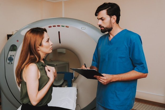 Klaustrophobische patienten-magnetresonanztomographie. Premium Fotos