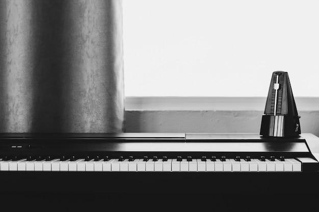 Klavier mit metronom. Premium Fotos
