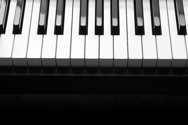 Klavier mit weißen und schwarzen klaviertasten Premium Fotos