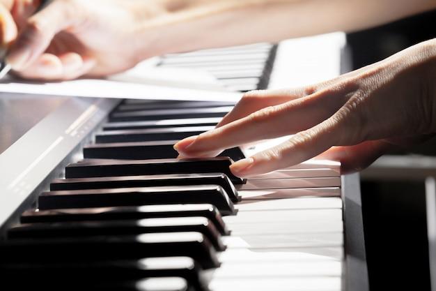 Klavier spielen. nahansicht Premium Fotos