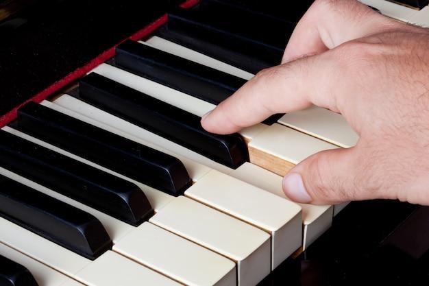 Klaviertastatur aus elfenbein mit händen Premium Fotos