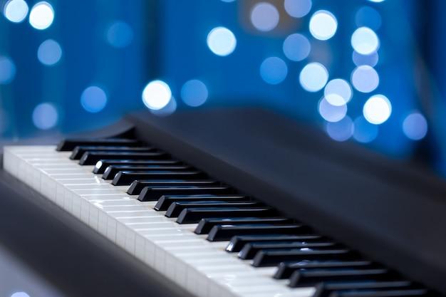 Klaviertasten auf einem blauen bokeh Premium Fotos