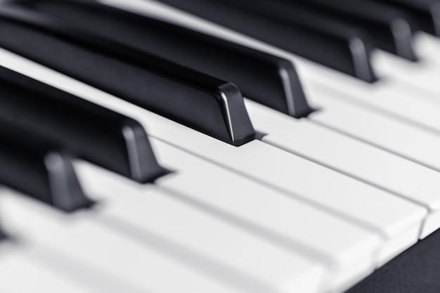 Klaviertasten hautnah. klassisches musikinstrument zum spielen Premium Fotos