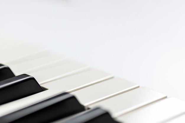 Klaviertasten mit dem exemplarplatz, getrennt. klavier- oder synthesizer-tastatur. Premium Fotos