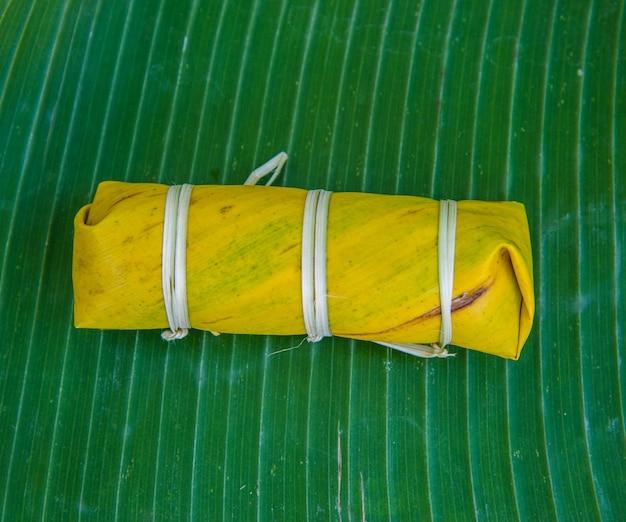 Klebreis im bananenblatt gedämpft. es erfordert sowohl erfahrung und raffinesse. Premium Fotos