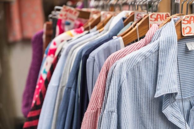 Kleider hängen Kostenlose Fotos