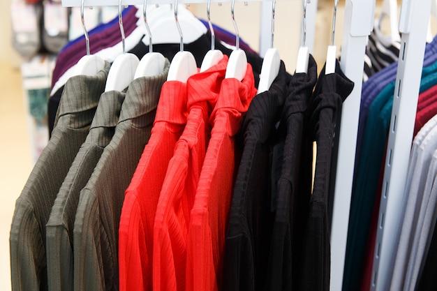 Kleiderladen mit neuer kleidung Premium Fotos