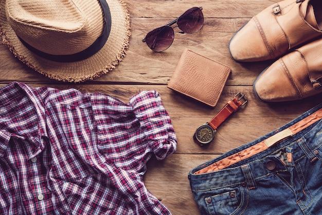 Kleidung und accessoires für männer auf dem holzboden Premium Fotos