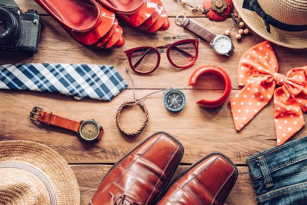 Kleidung und accessoires für männer und frauen bereit für die reise - lebensstil Premium Fotos