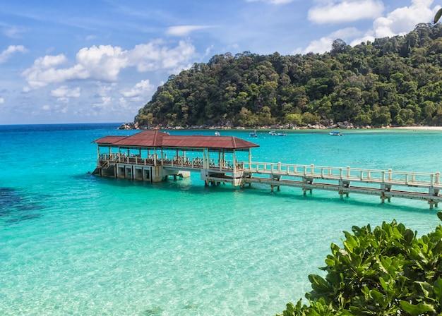 Kleine anlegestelle in der nähe der tropeninsel im marinepark. Premium Fotos