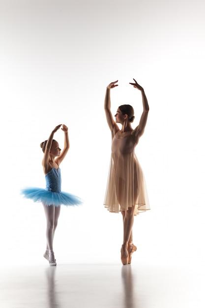 Kleine ballerina tanzt mit persönlichem ballettlehrer im tanzstudio Kostenlose Fotos
