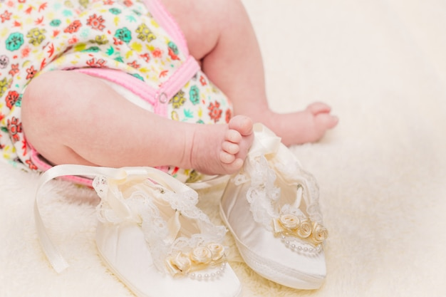 Kleine beine des babys auf einem hellen plaid Premium Fotos