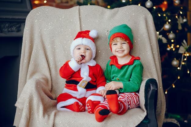 Kleine brüder cutte zu hause nahe weihnachtsdekorationen Kostenlose Fotos