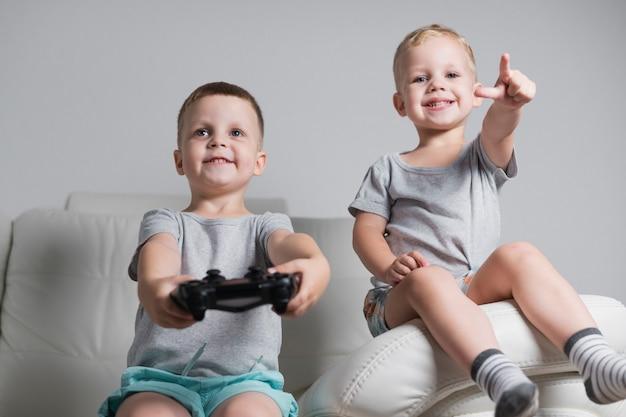 Kleine brüder, die videospiele spielen Kostenlose Fotos