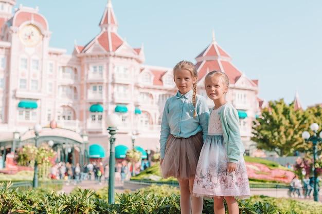 Kleine entzückende mädchen in schöner prinzessin kleiden am märchenpark an Premium Fotos