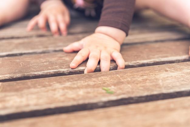 Kleine hände und füße eines babys Premium Fotos