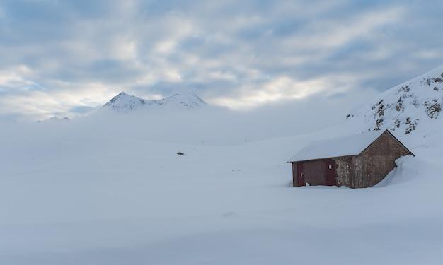 Kleine hütte und berg an einem gelben morgen Kostenlose Fotos