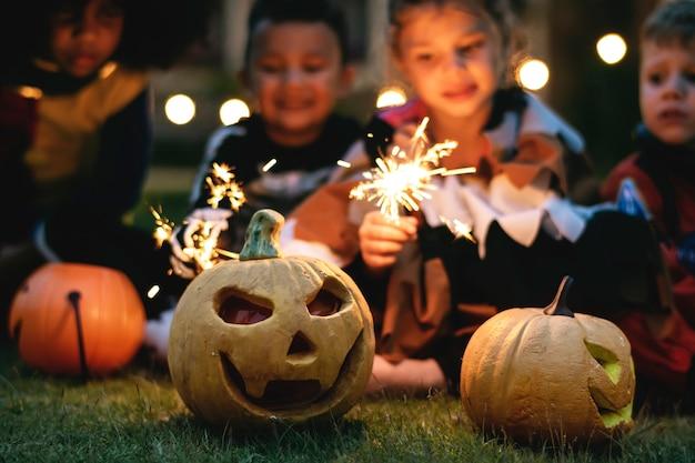 Kleine kinder auf einer halloween-party Kostenlose Fotos