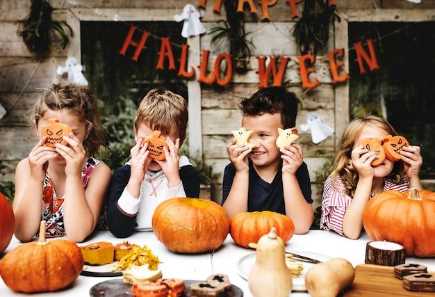 Kleine kinder auf halloween-party Premium Fotos