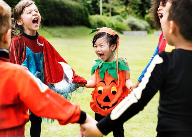 Kleine kinder bei halloween-party Kostenlose Fotos
