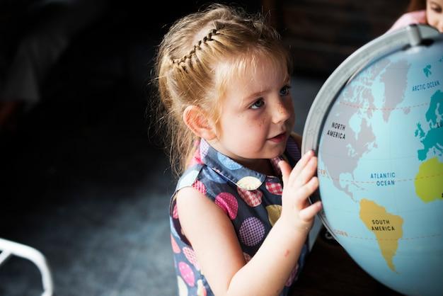 Kleine kinder, die nachhaltigen lebensstil lernen Premium Fotos