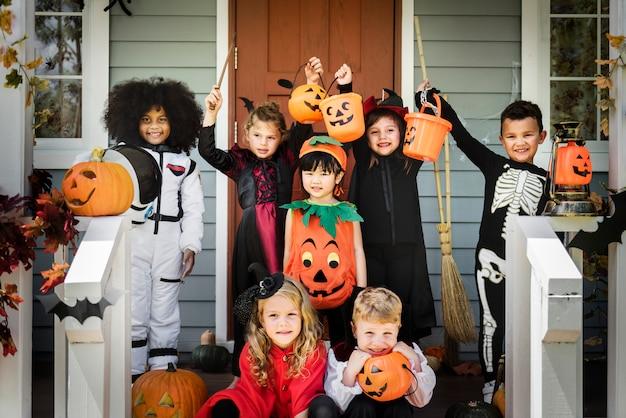 Kleine kinder in halloween-kostümen Premium Fotos
