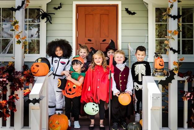 Kleine kinder in halloween-kostümen Kostenlose Fotos