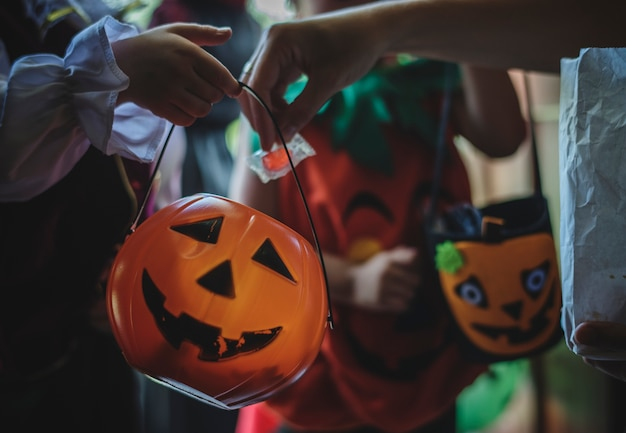 Kleine kinder süßes oder saures an halloween Kostenlose Fotos