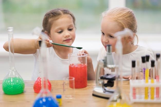 Kleine mädchen im naturwissenschaftlichen unterricht Kostenlose Fotos