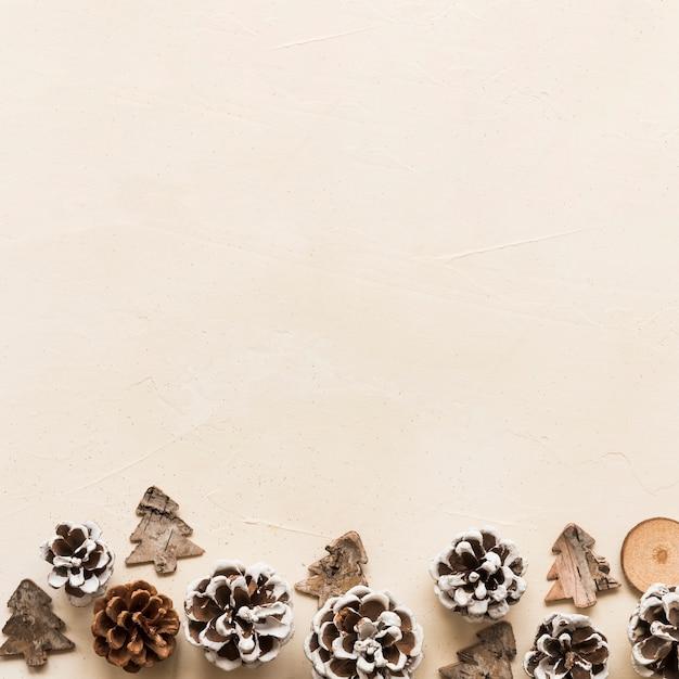 Kleine ornamenttannenbäume nähern sich baumstämmen Kostenlose Fotos