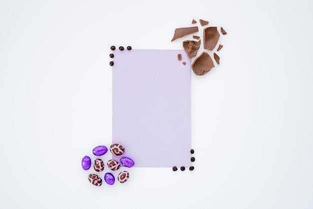 Kleine osterschokoladeneier mit papierblatt Kostenlose Fotos