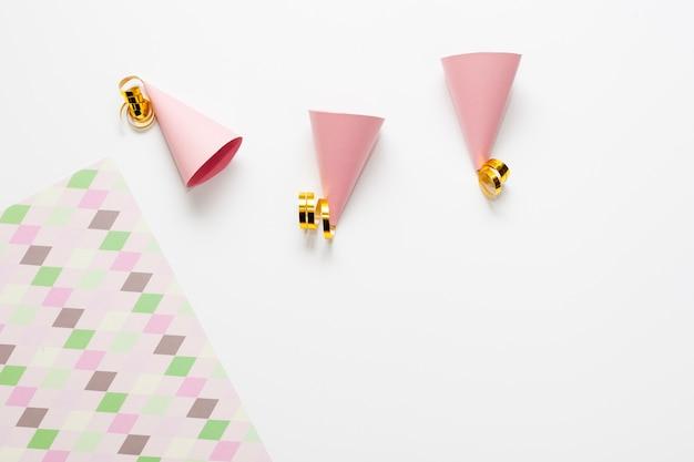 Kleine partyhüte mit goldenen bändern Kostenlose Fotos
