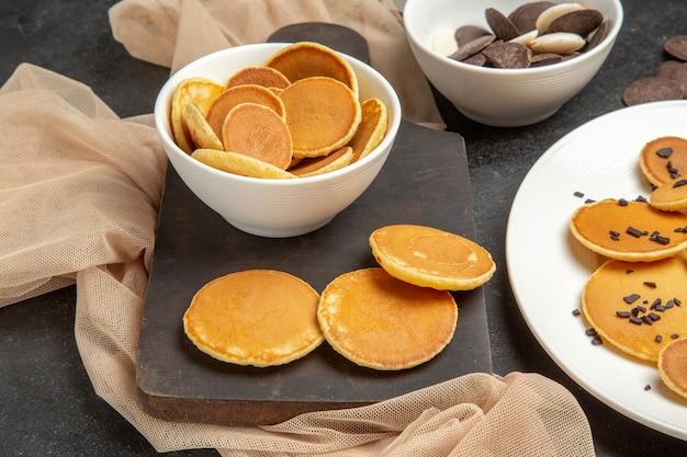 Kleine pfannkuchen mit keksen auf dunkelgrau Kostenlose Fotos