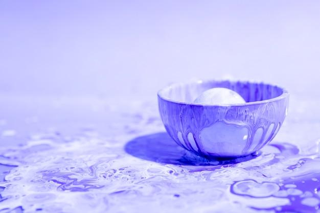 Kleine schale mit purpurrotem farbenzusammenfassungshintergrund Kostenlose Fotos