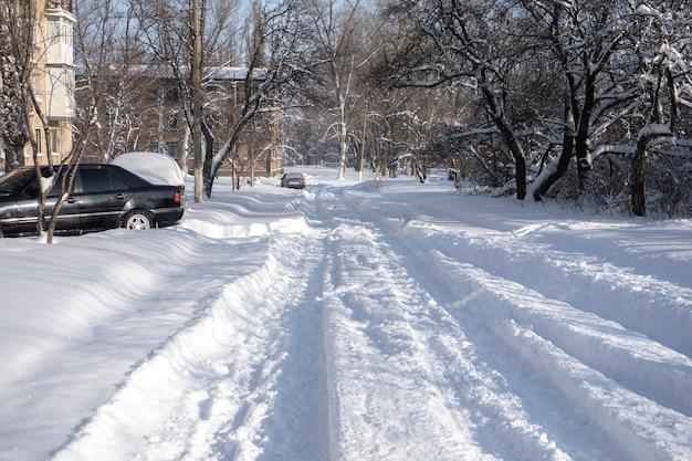 Kleine stadt mit schnee bedeckt. kleine gebäude und häuser im winter mit viel schnee auf einer straße. Premium Fotos