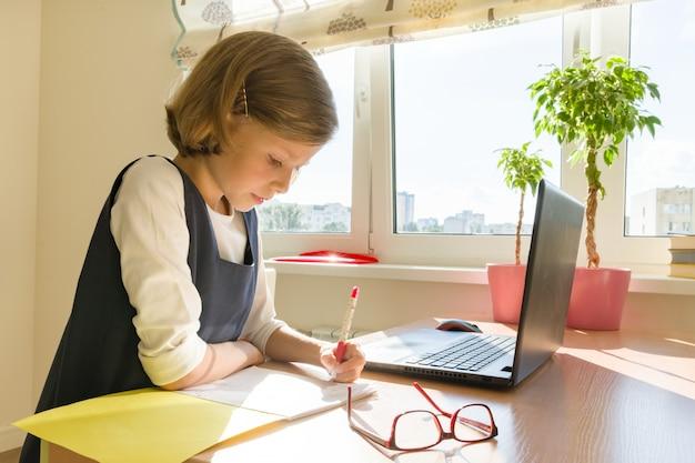 Kleine studentin studieren Premium Fotos