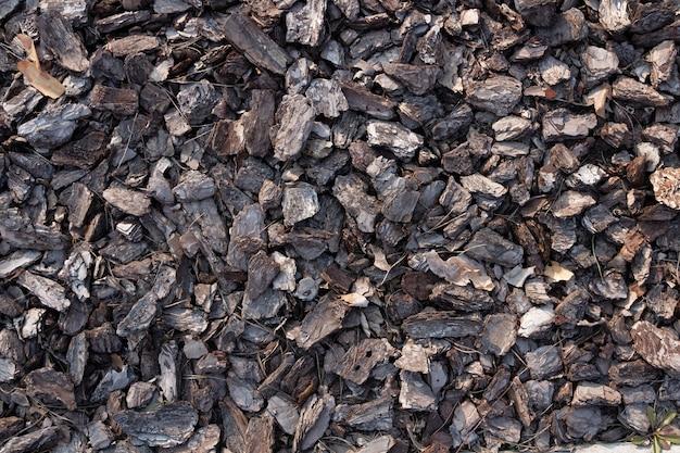 Kleine stücke baumrinde. crushed tree bark textur hintergrund. braune baumrinde zur dekoration oder als spielplatz. Premium Fotos