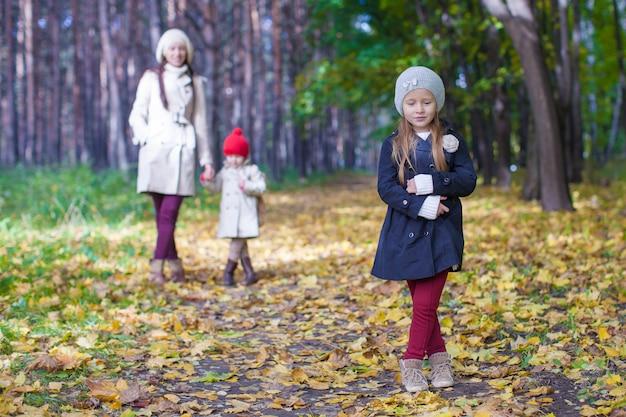 Kleine süße mädchen und junge mutter im herbst park haben spaß Premium Fotos